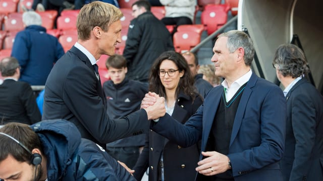 Sami Hyypiä und Pierluigi Tami geben sich die Hand.
