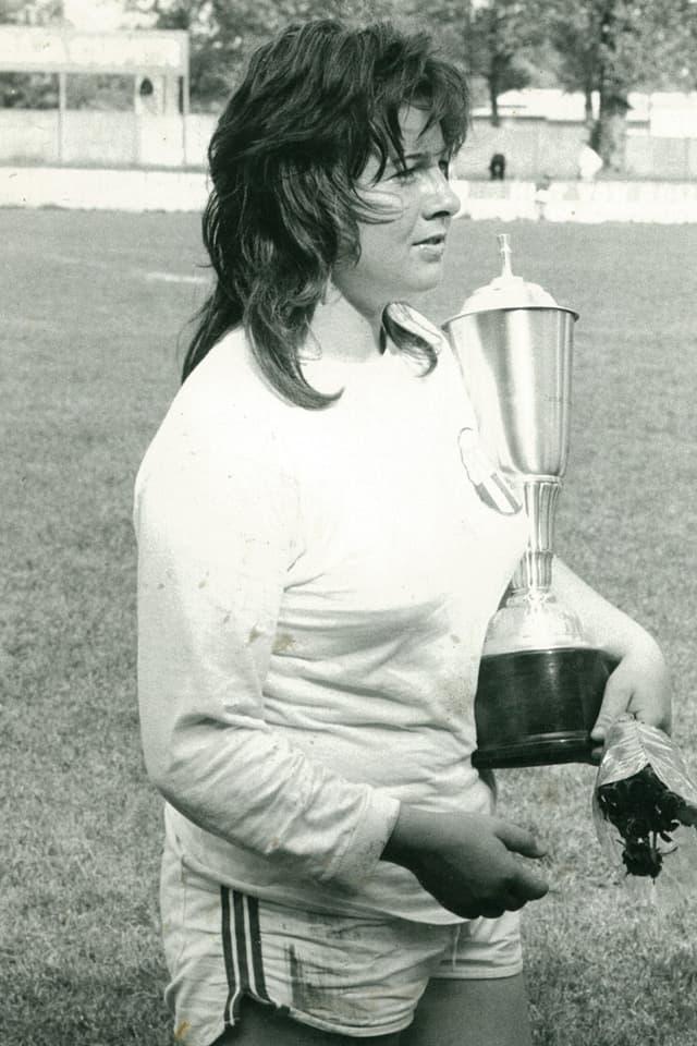 Marie-Therese Nadig, ehemalige Schweizer Skirennfahrerin mit einem Pokal der FCZ-Frauen.