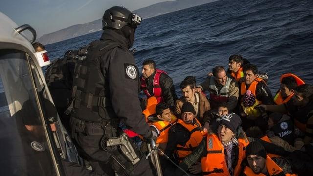 Frontex-Mitglied empfängt Bootsflüchtlinge.