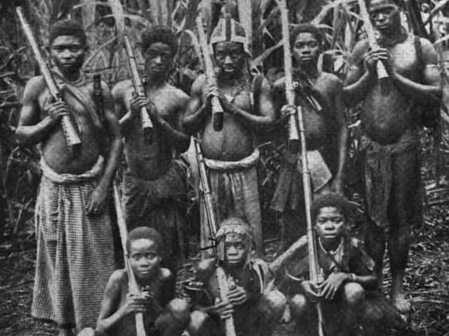 Historische Schwarzweiss-Aufnahme von Angehörigen des Stammes der Fang.