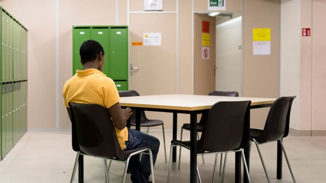 Asylsuchender allein an einem Tisch