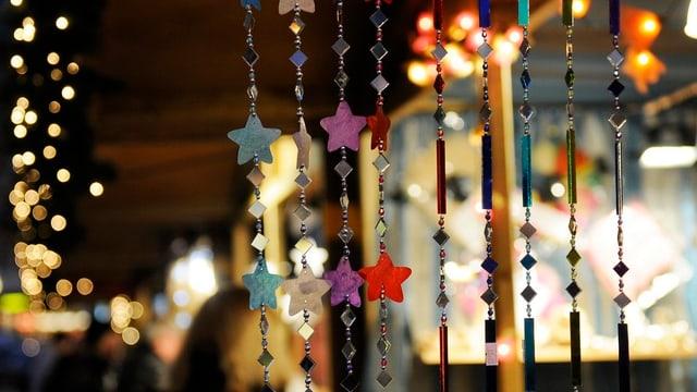 Auf dem Bild ist Weihnachtsdekoration zu sehen, Sterne in verschiedenen Farben.