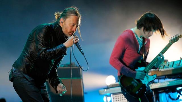 Ein Sänger und ein Gitarrist auf der Bühne.