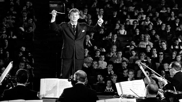 Leonard Bernstein dirigiert sein Orchester.