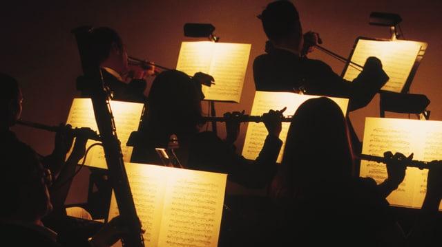 Musikerinnen spielen im Dunkeln.