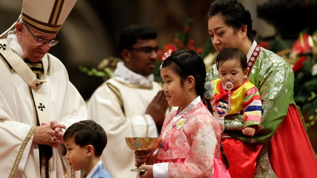 Papst Franziskus mit einigen Kindern.