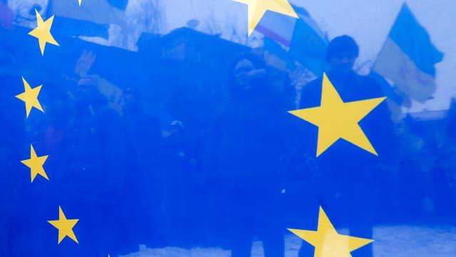 Ukrainische Demonstranten durch eine blaue EU-Flagge gesehen.