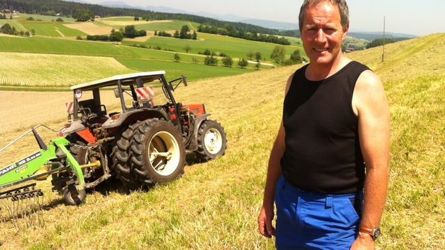Gemeindepräsident und Bauer Josef Steinmann auf einem seiner Felder.