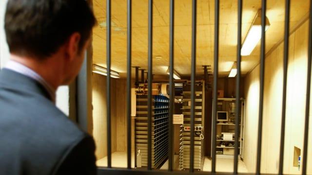 Ein Mitarbeiter einer Tiroler Bank vor den Gittern zu den Schliessfächern.