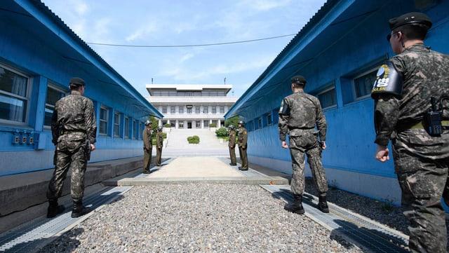 Soldaten an einem Grenzübergang