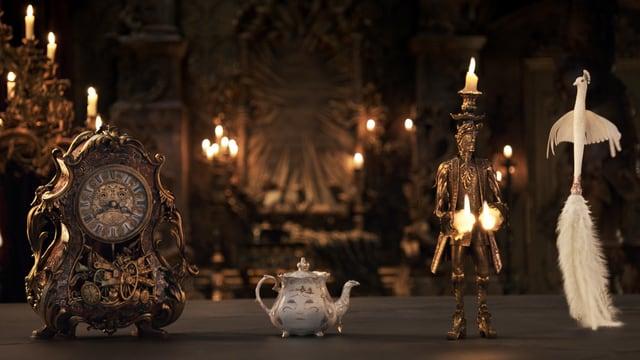 Vier belebte Gegenstände: Uhr, Tasse, Kerze und Feder.