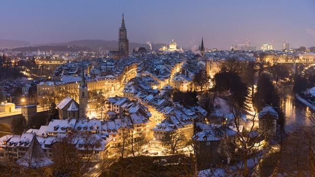 Die Berner Altstadt bei Nacht.