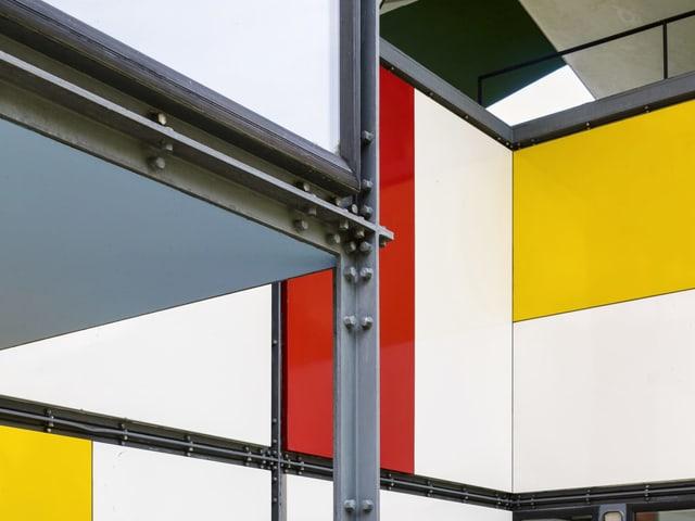 Klare Formsprache bei der Fassade mit Email-Paneelen
