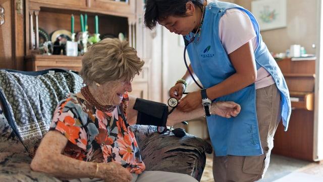 Eine ältere Frau wird von einer Spitex-Angestellten gepflegt.