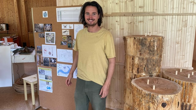 Mirko Baselgia en ses atelier ad Alvaschagn dasperas ils emprims blocs da lain per ses pavigliun a Bravogn.