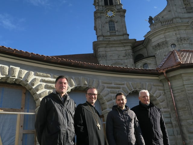 Dominic Braun (Chandailas Schnyder), avat Urban Federer, René Schönbächler (Chascharia Einsiedeln) ed il maina project Heino von Prondzynski avant las arcadas.