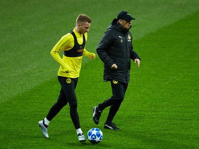 Lucien Favre und Marco Reus laufen im Training nebeneinander.