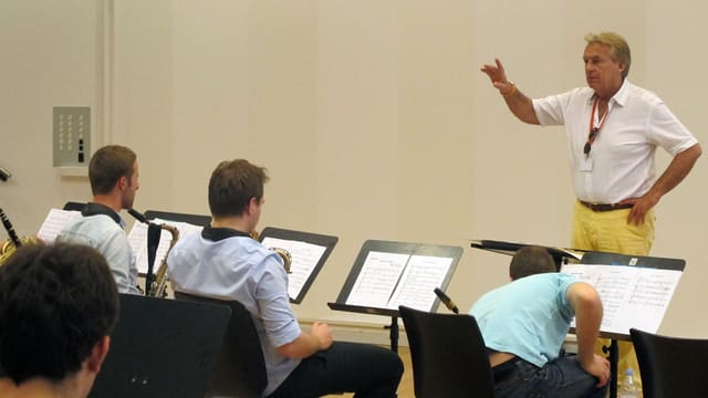 Pepe Lienhard probt mit den Nachwuchsmusikern für den gemeinsamen Auftritt mit den Brecker Brothers.