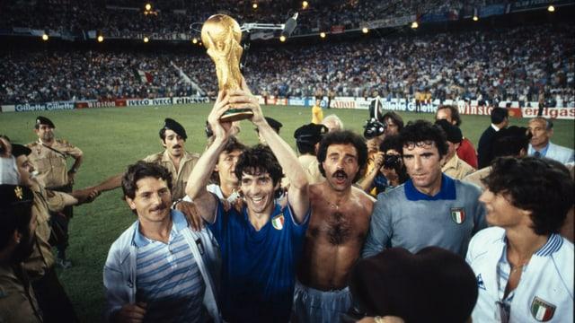ein Spieler im Italien-Trikot hält den Pokal