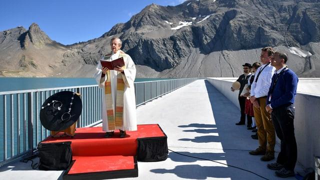Josef Kohler, augsegner da la vischnanca da Glaruna sid, dat la benedicziun.