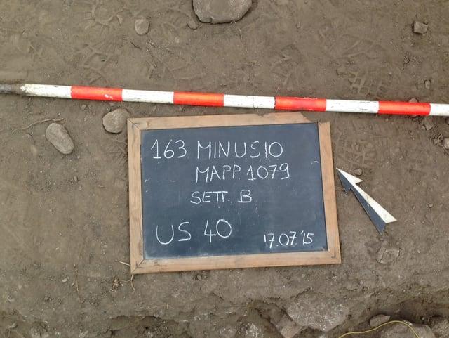 Schiefertafel mit Details zur Fundstelle in Minusio liegt auf dem Boden.