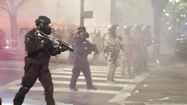 Bewaffnete Polizisten in Vollmontur.