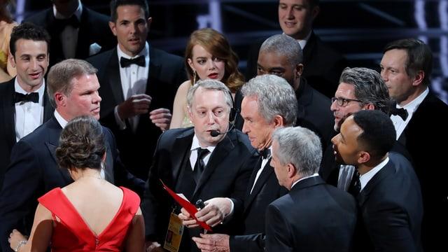 Chaos bei den Oscars: Warren Beatty nennt falschen Gewinner.