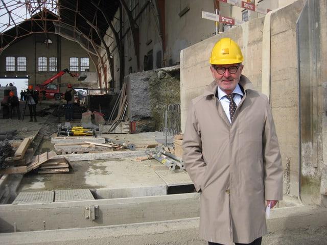 Hermann Hess mit gelbem Helm steht in der Werft