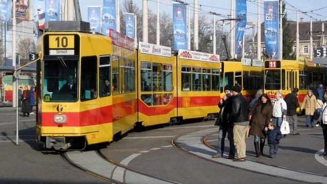 Tramzüge der Linien 10 und 11 auf dem Centralbahnplatz in Basel.