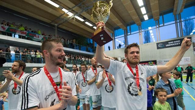Die Spieler von Wiler-Ersigen feiern den Schweizer Meistertitel.