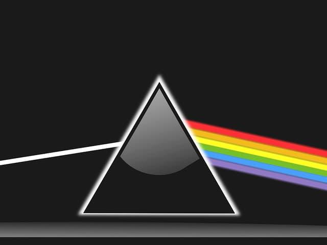 Prisma mit allen Farben und der Farbe weiss