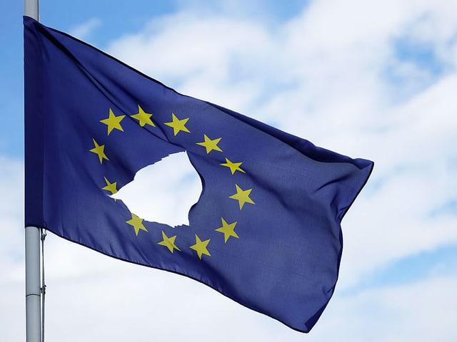 Eine durchlöcherte EU-Flagge hängt auf Halbmast.