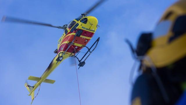 Il helicopter s'avischinia a la pendiculara