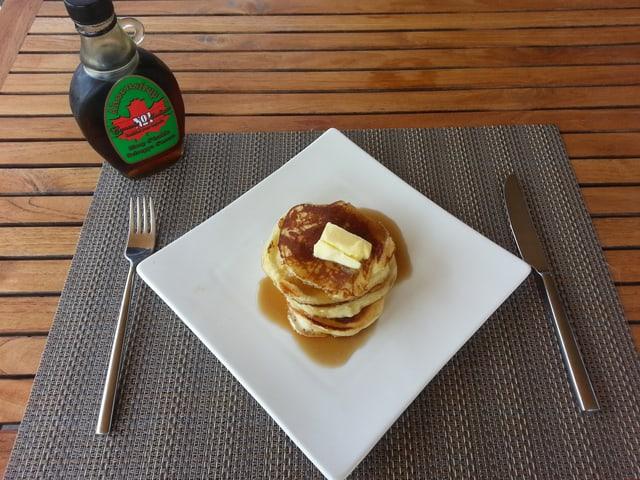 Pancakes mit Ahornsirup.