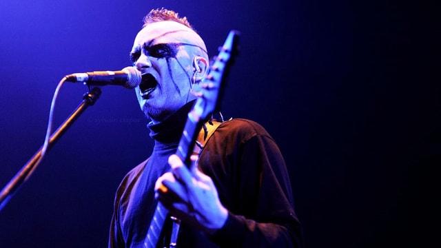 Ein Mann einer Metal-Band an der Gitarre