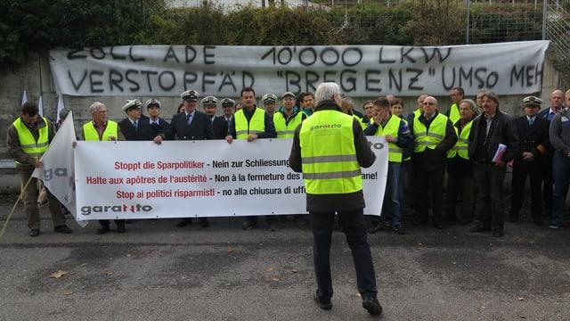 Mitarbeiter der Zollstellen protestieren gegen die Schliessung der Zollstellen.