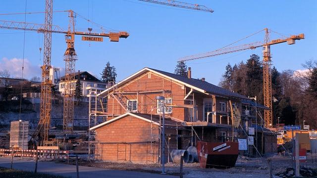 Einfamilienhaus im Bau mit Kränen