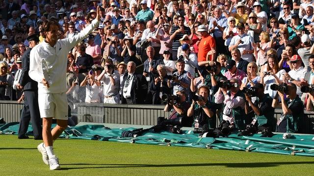 Roger Federer verabschiedet sich vom Publikum in Wimbledon.