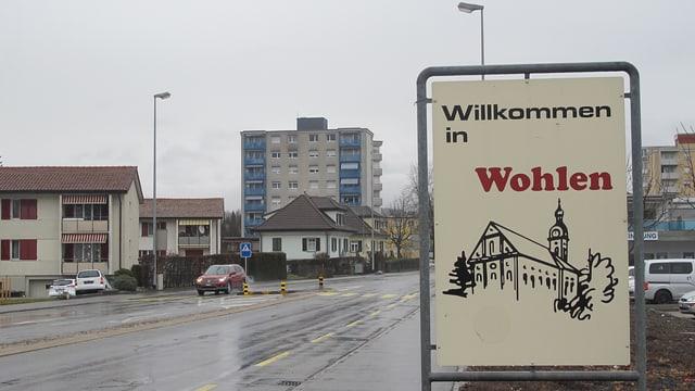 """Dorfeingang Wohlen mit Schild auf dem steht """"Willkommen in Wohlen"""""""