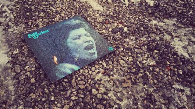 Platte liegt auf dem Kiesboden.