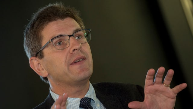 Der Bieler Stadtpräsident Erich Fehr an einer Medienkonferenz.