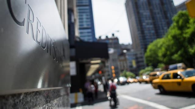 Schild der Credit Suisse in New York.