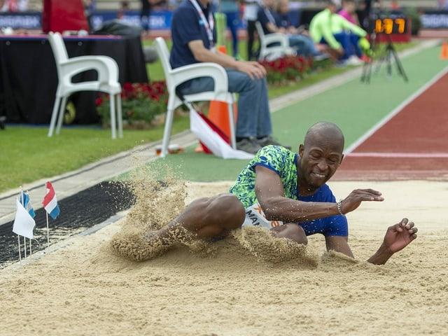 Luvo Manyonga springt in die Sandgrube.