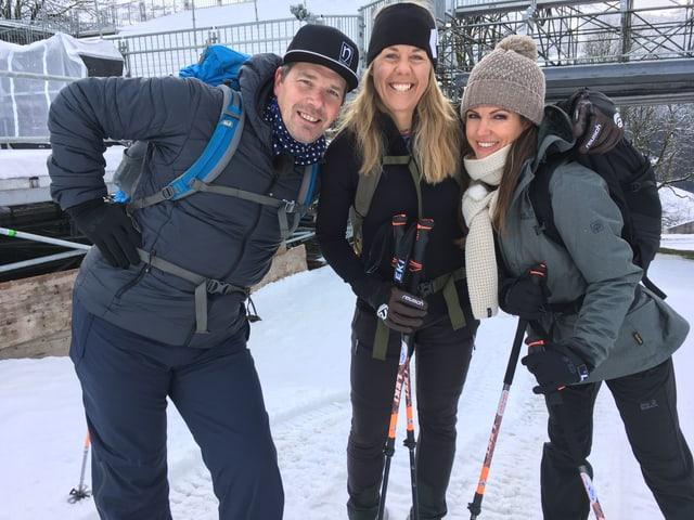 Moderatorin Viola Tami (rechts) und die beiden ehemaligen Skirennfahrer Bruno Kernen und Fränzi Aufdenblatten machen sich für die SRF-Spezialsendung «90 Jahre Lauberhorn» mit Schneeschuhen auf ins Abenteuer: ...