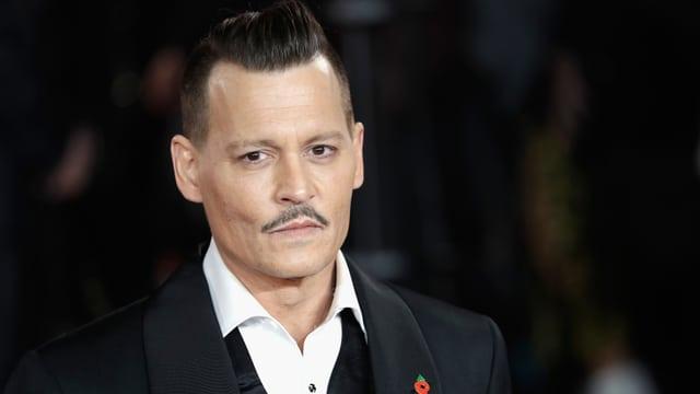 Portrait-Foto Johnny Depp in Hemd und Anzug.