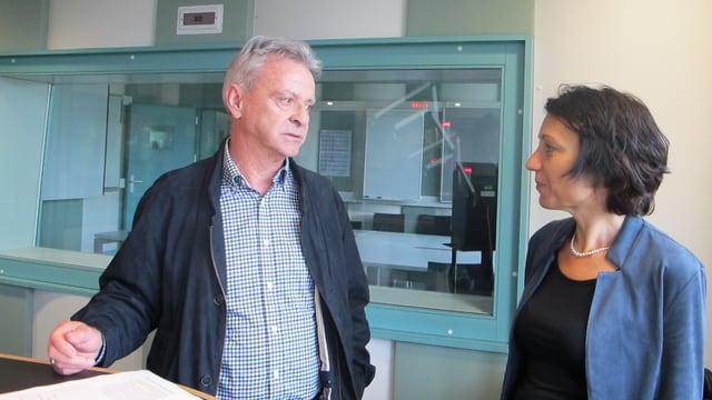 Frau und Mann in einem Radiostudio reden miteinander.