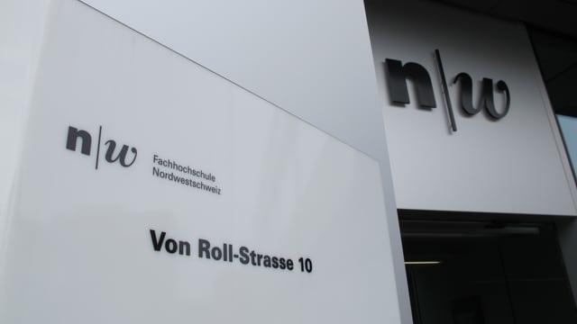 Schild der Fachhochschule Nordwestschweiz vor einem Eingang
