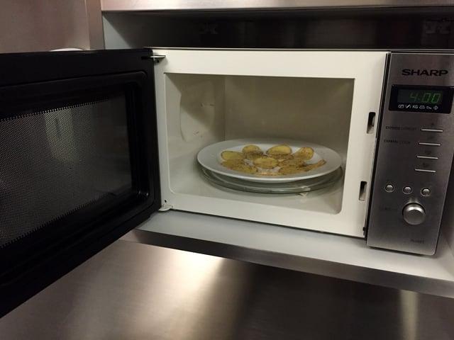 Kartoffelscheiben in der Mikrowelle.