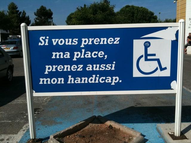 Tafel mit Aufschrift «Si vous prenez ma place, prenez aussi mon handicap.»