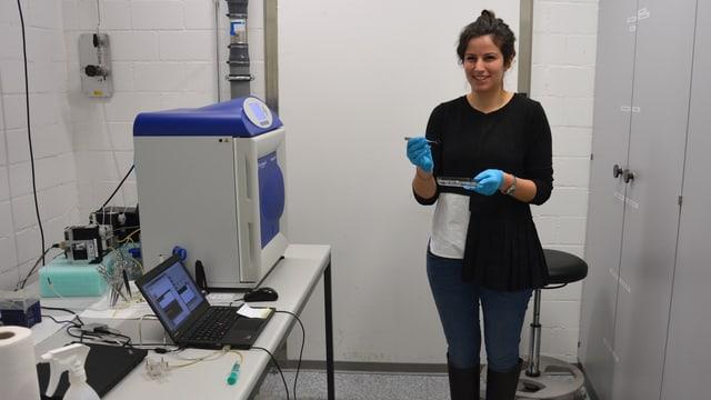 Eine junge Frau in einem Labor.